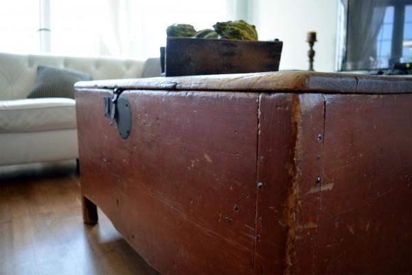 Coffre antique rouge à clous de forge 4