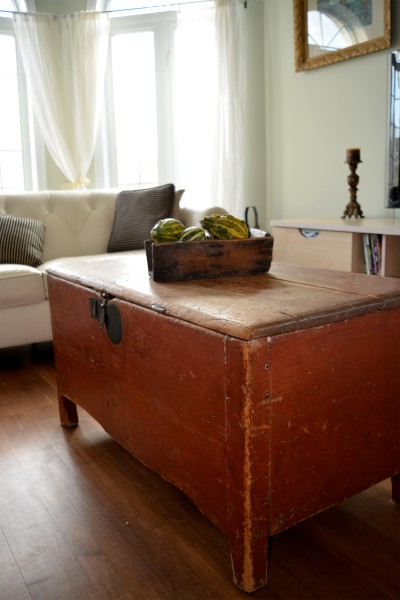 Coffre antique rouge à clous de forge 2