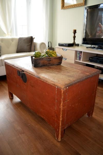 Coffre antique rouge à clous de forge