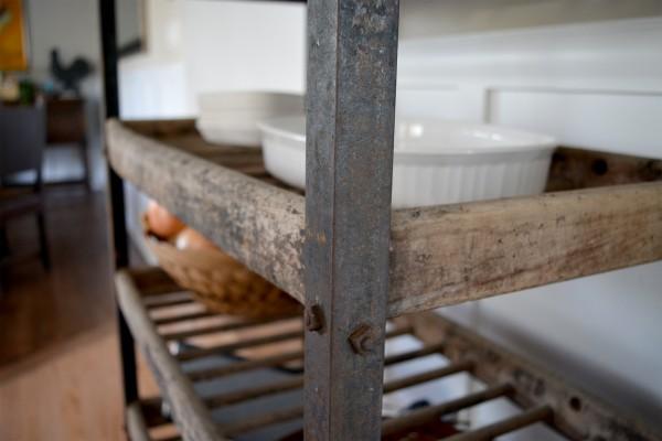 Étagère industrielle à pain antique bois et métal3