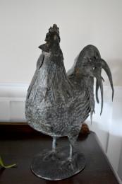 Coq en tôle antique sur pattes